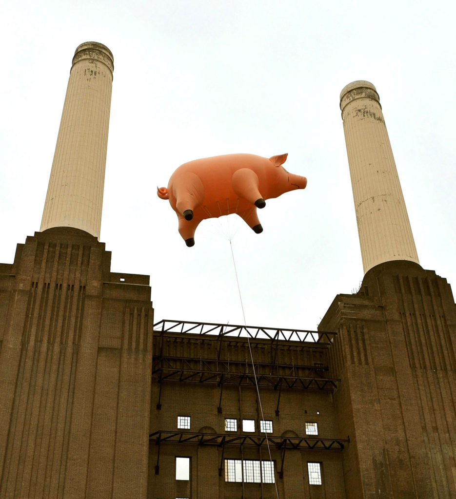 Giant inflatable pig over battersea power station