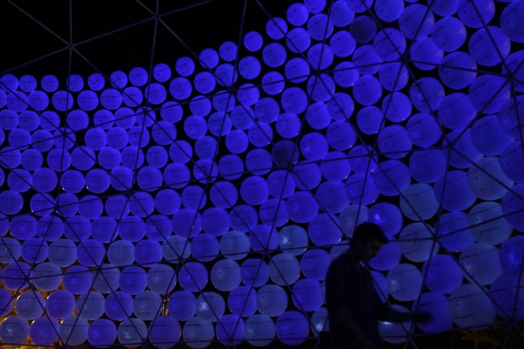 Wall of inflatable spheres